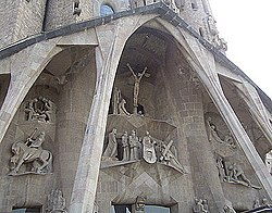 Las columnas de la Sagrada Familia siguen una catenaria invertida.