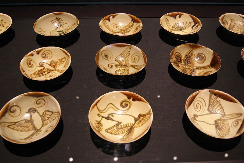 File:Changsha bowls from the Belitung shipwreck, ArtScience Museum, Singapore - 20110618-01.jpg