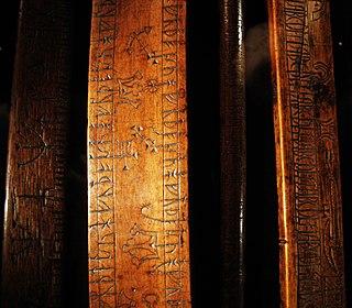 calendario runico in legno