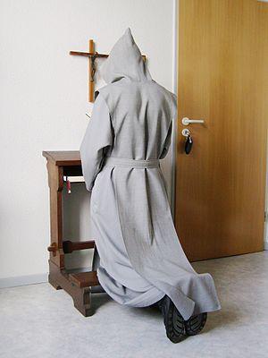 Deutsch: Trappistennovize beim Gebet in seiner...