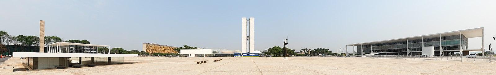 Vista panorâmica da Praça dos Três Poderes: à esquerda (sul) o poder judiciário (Supremo Tribunal Federal), no centro o poder legislativo (Congresso Nacional) e à direita a sede do poder executivo (Palácio do Planalto).