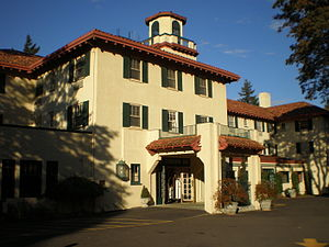English: Columbia Gorge Hotel near Hood River,...