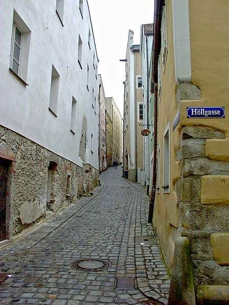 File:Nice narrow alley.jpg