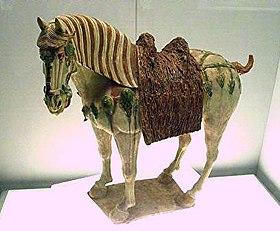 Kuda porselin glis tiga warna Dinasti Tang Cina (k.k. 700 Masihi.)