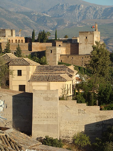 Les deux forteresses de Grenade: Au premier plan, l' Alcazaba Cadima ou la vieille; dans le fond, l'Alcazaba de la Alhambra.