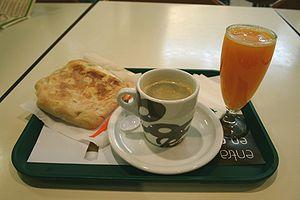 Español: Desayuno con su sandwich de pastrami ...