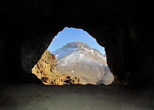 English: Hampoil cave entrance from inner angle