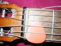 Deutsch: Plektrum an Gitarre English: Plectrum...