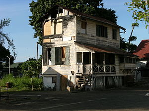 English: Dilapidated house in Paramaribo.