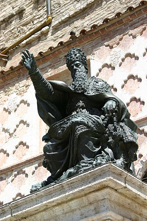 Perugia, Vincenzo Danti, Bronze statue of pope...