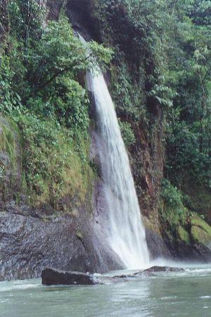 Una de las 20 cascadas del río Pacuare de Cost...