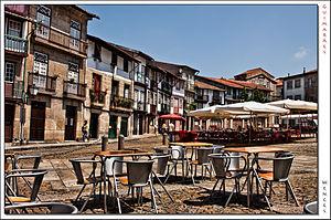 Esplanadas na Praça de Santiago num dia ensola...