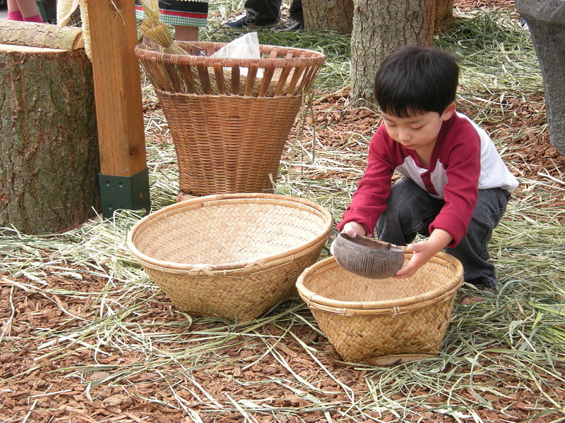 File:Seattle Pagdiriwang - child playing with rice.jpg
