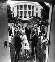 Nixon abandonando la Casa Blanca