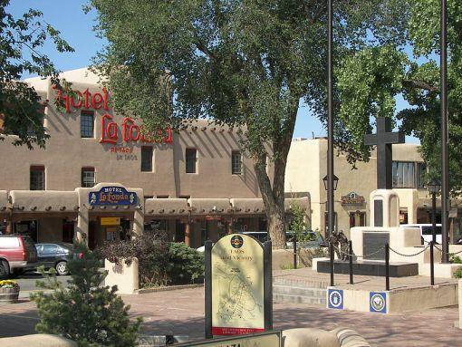 File:Taos plaza la fonda.jpg