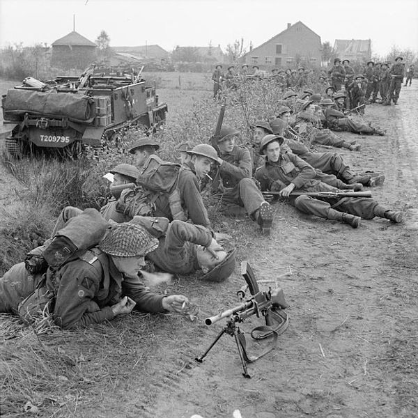 Berkas:8th Royal Scots halted 27-10-1944.jpg