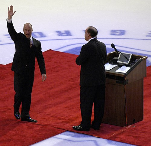 https://i1.wp.com/upload.wikimedia.org/wikipedia/commons/thumb/9/9c/Mark_Messier_retirement.jpg/500px-Mark_Messier_retirement.jpg