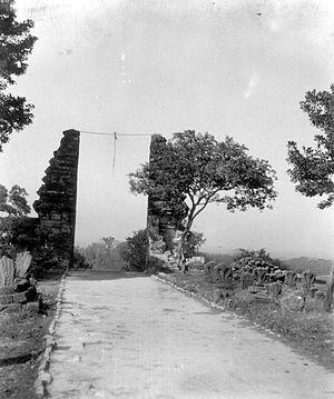 English: Split gate at the grave of Sunan Giri...