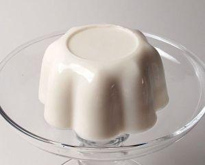 Blanc-manger on glass platter - Manjar blanco