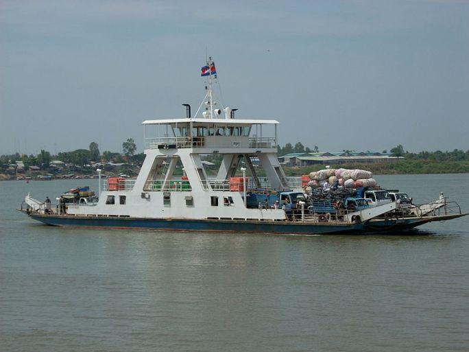 File:Ferry across the Mekong River in Neak Leung.jpg