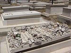 English: Side view of grave of Oskar Schindler...