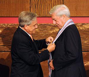 Condecoración a Mario Vargas Llosa.