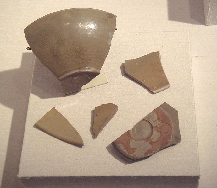 File:Tang Dynasty stoneware with celadon glaze ie Yue ware found in Samarra Iraq.jpg