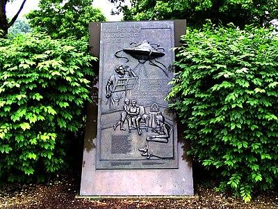 Monumento erigido en Octubre de 1998 para conmemorar donde aterrizaron los marcianos en la historia en Van Nest Park, Grover's Mill, NJ.