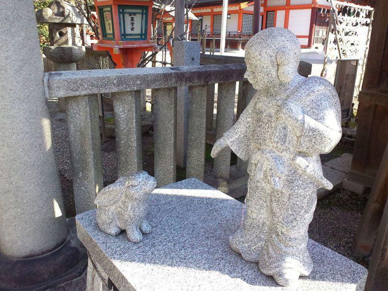 Yasaka Shrine - Stone statues of Ôkuninushi and white rabbit