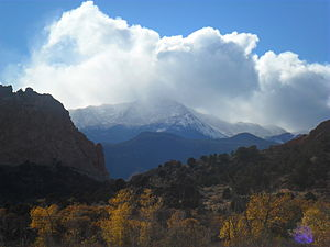 English: Pikes Peak seen from Garden of the Go...