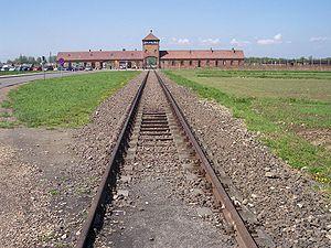 Polski: Szyny prowadzące do obozu koncentracyj...