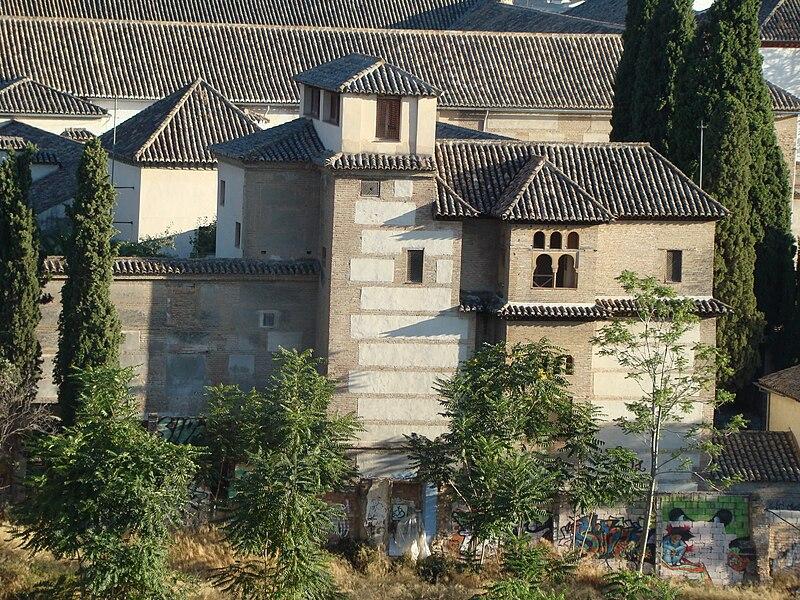 Dar al-Horra est un palais nasride situé dans le quartier de l' Albaicin de Grenade , communauté autonome d' Andalousie , Espagne . Il a été construit dans le XVe siècle , dans un palais Zirí ci-dessus, le XIe siècle