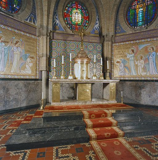 Agathakerk Beverwijk van Joseph Cuypers en Pierre J.J.M. Cuypers junior, hoofdaltaar, marmer en koper (Lambert Lourijsen) met tabernakel, kruis en reliëf (1925) – RCE |20291240