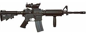 M4A1 dengan bidikan ACOG dan pegangan depan vertikal.