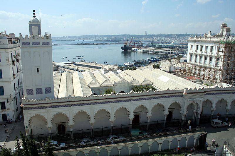 Vue sur la  grande mosquée almoravide d'alger du haut de l'espace de stationnement voisin.