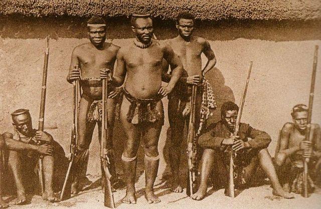 Файл:Dabulamanzi KaMpande with warriors.jpg