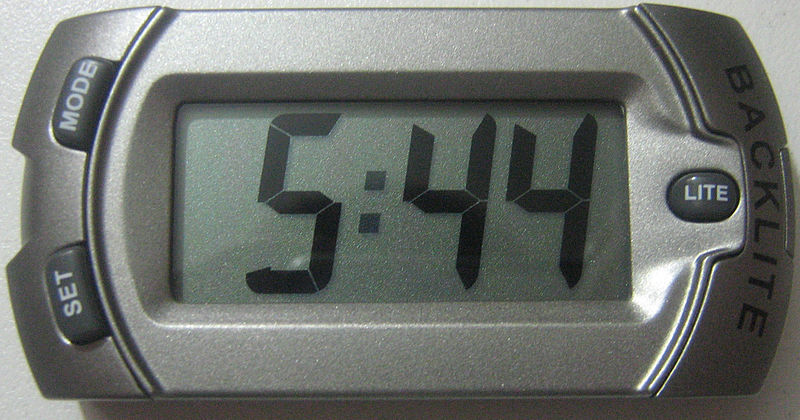 https://i1.wp.com/upload.wikimedia.org/wikipedia/commons/thumb/a/a9/LCD_Clock_Grey.jpg/800px-LCD_Clock_Grey.jpg