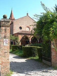 Il portone principale ed in secondo piano la chiesa.