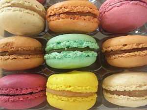 English: Macarons in different colours Deutsch...