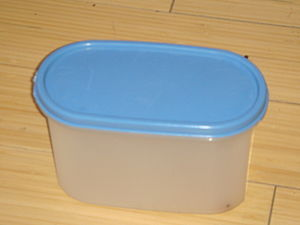 English: A Small tupperware container.
