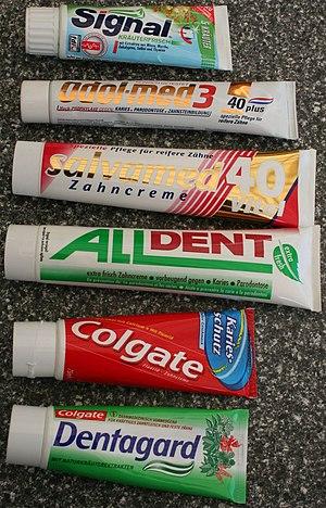 Zahncremetuben verschiedener Hersteller