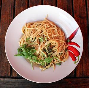 Deutsch: Spaghetti mit Sahnsauße