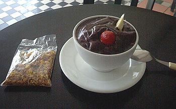 Uma tigela de aça�, consumida fora da região Norte do Brasil, repare na mistura de frutas, incomum no seu local de origem