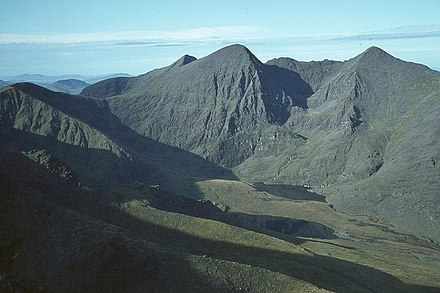 Located in county kerry, carrauntoohil is the central peak of the macgillycuddy's reeks, ireland's highest mountain range. Carrauntoohil Wikiwand