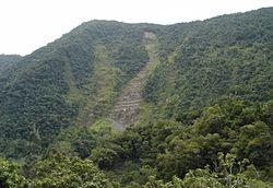 Erosão por gravidade: Deslize numa montanha, a água debilitou o solo.