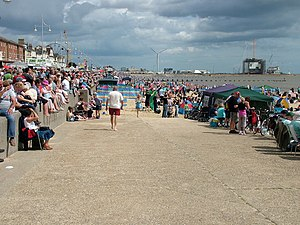 English: Lowestoft beach crowd Looking north o...