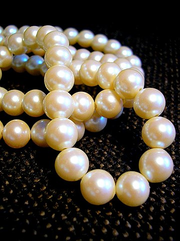 https://i1.wp.com/upload.wikimedia.org/wikipedia/commons/thumb/a/af/White_pearl_necklace.jpg/360px-White_pearl_necklace.jpg