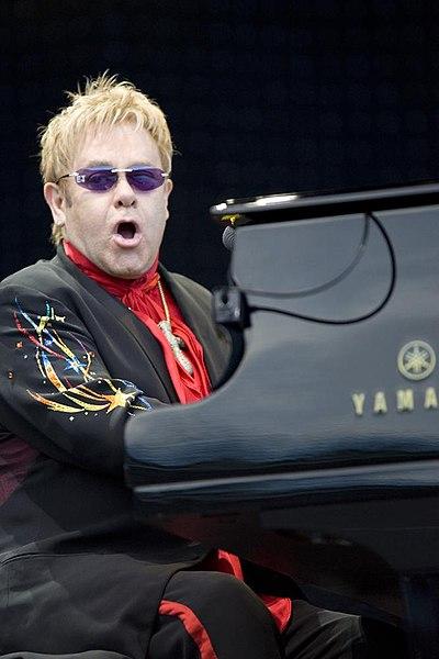 https://i1.wp.com/upload.wikimedia.org/wikipedia/commons/thumb/b/b0/Elton_John_performing%2C_2008_2.jpg/400px-Elton_John_performing%2C_2008_2.jpg
