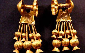 English: Gold earrings bearing the cartouche o...