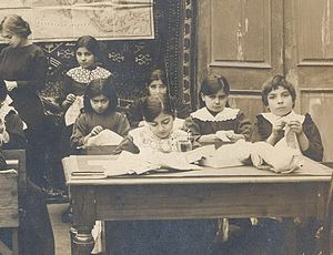 English: Schoolchildren in Baku muslim girls s...